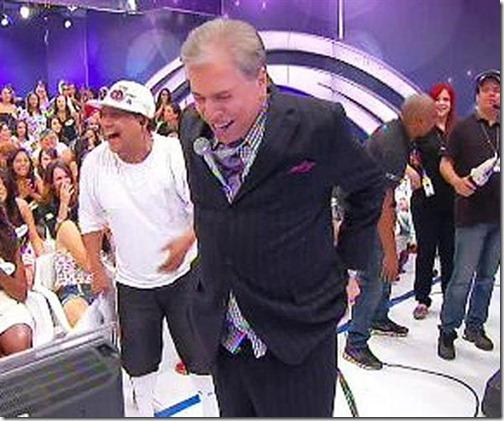 Silvio Santos perde as calças durante gravação de programa