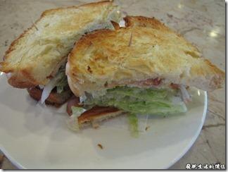 台南Halhali哈拉里咖啡專櫃中正店-三明治,外面用的是法國麵包,蠻特殊的三明治,麵包烤得酥酥的,吃起來超有口感。