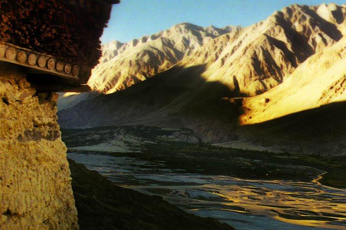 Valle di Nubra, vista dalla cima di un monastero diroccato a 2 giorni di cammino dall'ultimo villaggio. Nel moastero vive un solo monaco eremita