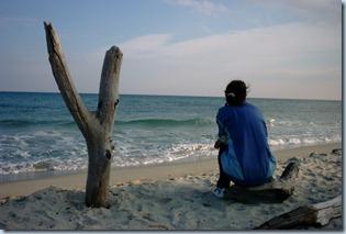 mujer contemplndo el mar