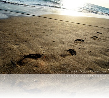 Footprints_in_the_sand_by_ezleih