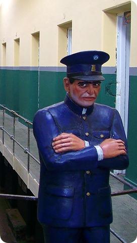 Policial dentro do Presídio