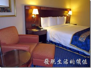 上海-齊魯萬怡大酒店。客房其實不是很大,但是感覺很溫馨,對我來說,夠活動就可以了。