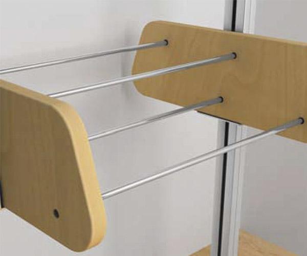 Zapatera con costados en madera o melamina y tubos para sujeción de zapatos.