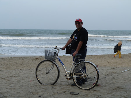 145. cu bicicleta la plaja.JPG