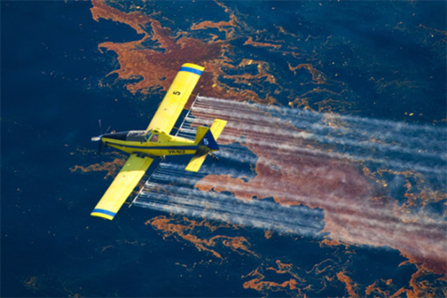 Aerial spraying of chemical dispersants in the Gulf. Photo: seanetters.wordpress.com