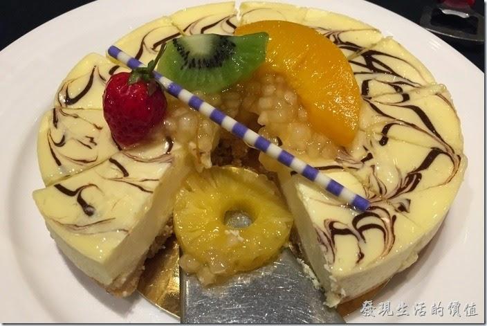 台北-維多麗亞酒店。鴻運喜慶甜蜜點。這個應該是起士蛋糕,吃起來還可以,下面的麵皮則是失敗的作品。