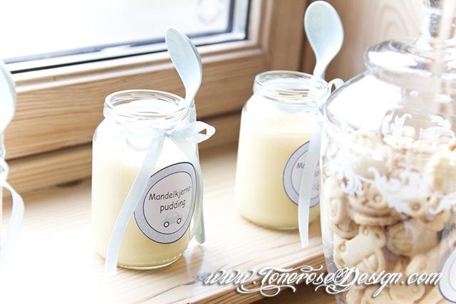 Mandelkjernepudding i babymiddagsglass - pyntet med etiketter boblebil og silkebånd