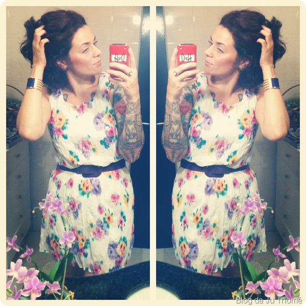 Look vestido floral e cinto roxo