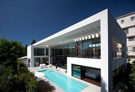 Casa contemporánea con influencia del estilo Bauhaus