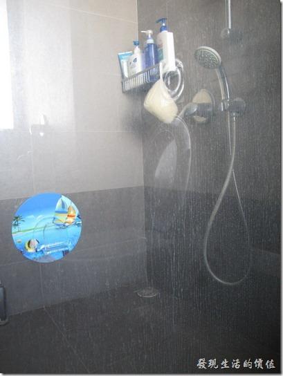 這是浴室的透明玻璃清潔前的照片,其實還不算很髒啦!