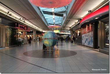 空港内にある地球儀