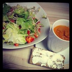 Abendessen Suppe, Salat und Brot mit Alsan