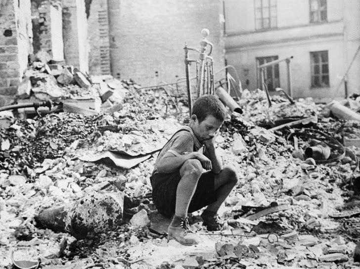 Menino entre as ruínas de Varsóvia