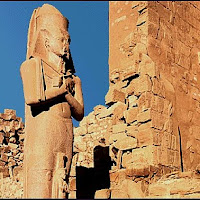 31.- Estatua de Ramses II en Karnak