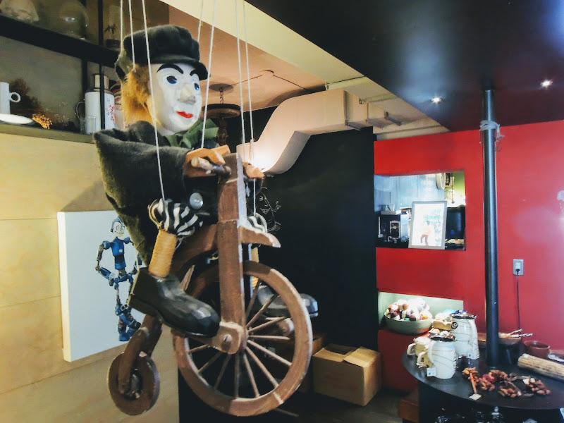 學校咖啡館 EcoleCafe' 裡面有點像奪魂鋸的人偶.jpg