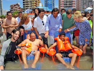 De Jesús, Rabolini y Aparicio acompañaron a los chicos en su primer ingreso al agua, en el momento más emotivo de la jornada.
