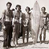 Une brochette de surfeurs dont Jo Moraitz à gauche