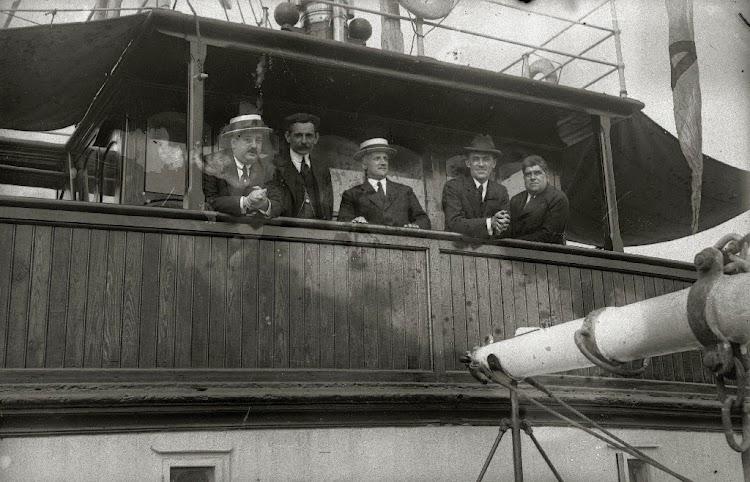 Detalle del puente. Seguramente los propietarios del buque. Fondo Car. Ricardo Martin. Ca. 1919. Web Gure Guipuzcoa.jpg