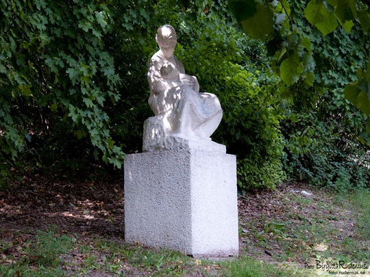 statue_20110813_mother