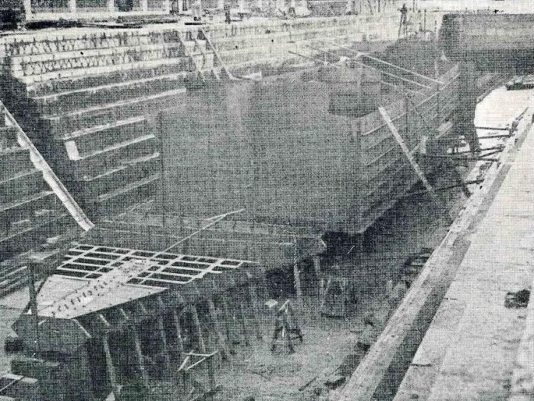 Buque tanque CAMPRODON. Estado de obras de construcción de este buque en los astilleros de la S.A. Corcho Hijos, de Santander, el día 10 de Enero del presente año. Foto del libro CAMPSA 1928-1932.jpg