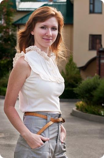 Романтически декорированная блузка со стажем более 20 лет в комбинации с раритетным рыжим пояском начала 70-х, времен хиппи