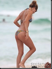 doutzen-kroes-in-a-blue-bikini-at-the-beach-in-miami-02-675x900