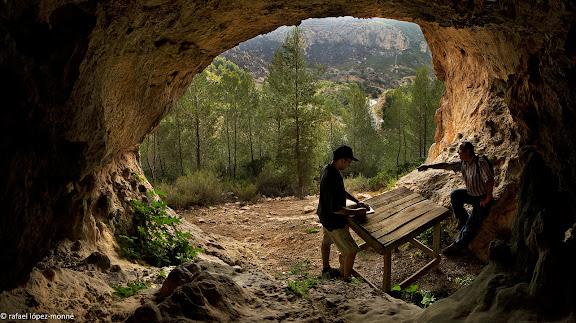 """Toni Orensanz i Joan Sambró (Associació Lo Riu) en una de les coves que van ser ocupades per les Brigades Internacionals.La vall Closa (""""valle del ping pong"""" a la Guerra Civil), obagues de la Teuleria, Pàndols.Gandesa, Terra Alta, Tarragona"""