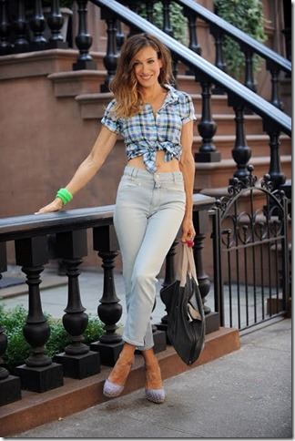 women_tue_get_carrie_s_casual_check_shirt_look_from_sex_and_the_city_2_001
