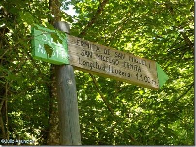 Señalización en la ruta de la ermita de San Miguel - Abaurrea alta