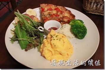 台南-mumu小客廳早午餐。【法式鹹蔬鹹派】早午套餐,NT$220。除了法式鹹派外,還有野菜沙拉以及歐姆蛋。