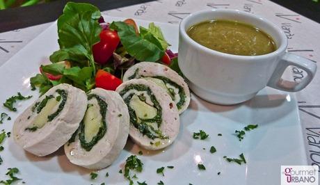 Roll de Pollo relleno Espinacas, Berros y Queso Mozzarella, acompañado con mix de verdes y Crema de Vegetales del día.