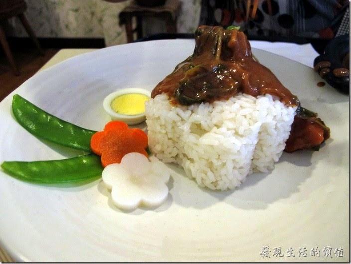 台南-洋蔥咖哩工房。把椰汁咖哩加到米飯準備大快朵頤了,實在有點不想破壞這簡單的美感。