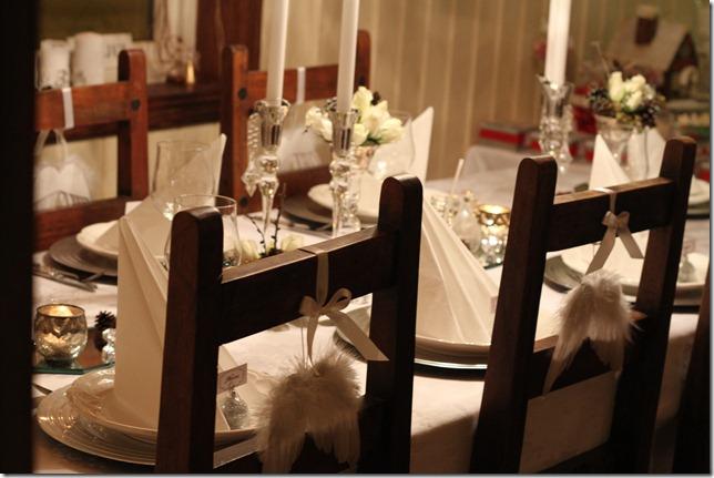hvitt bord pyntet med sølv, kongler, diamanter og snø  IMG_0780