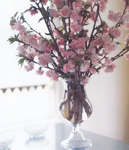 The elegant swell of the nineteenth century blown-glass apothecary jar allows branches of varying lengths to be crisscrossed, forming a full, shapely spring arrangement. (The Best of Martha Stewart Living -- Arranging Flowers)