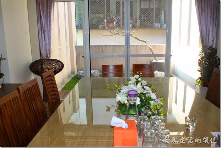 台南-L B_Coffee綠色咖啡廳。這裡就是點老闆最喜歡的三樓空中花園,從事內疚可以看到大片落地窗外的綠草還有禪意的樹木。