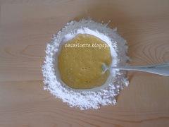 lcdr incorporare la farina alle uova sbattute nella fontana di farina