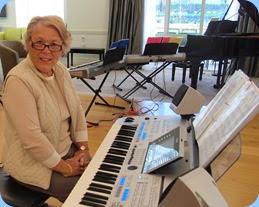 Marlene Forrest preparing to play the Tyros 4. Photo courtesy of Dennis Lyons.