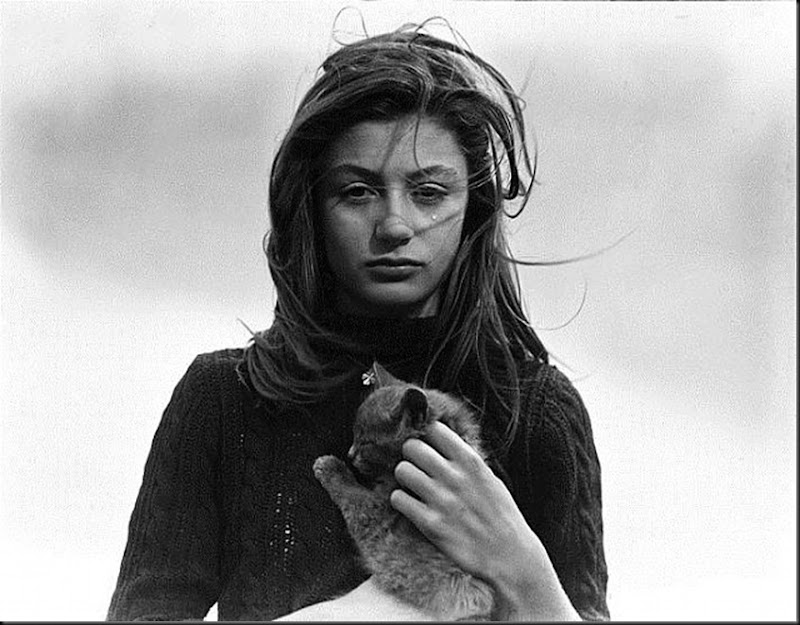 Anouk Aimée et son chat sur le tournage de La Fleur de l'Âge, Belle-Ile,1947