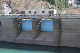 ダム湖側のクレストゲートを望む