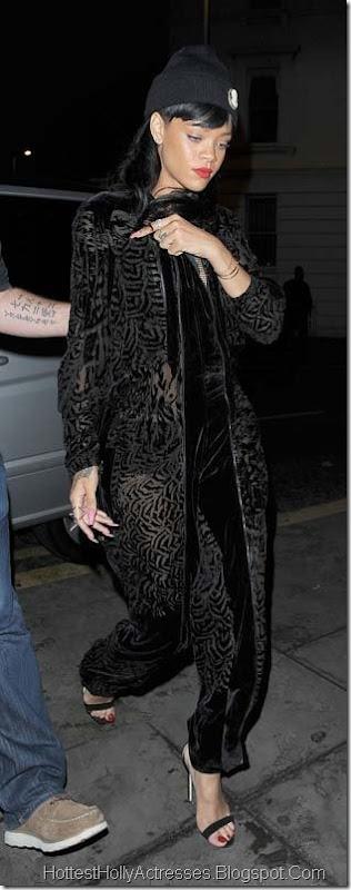 Rihanna Hot Pics in Black Dress 1