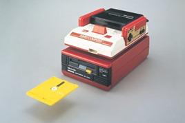 O Famicom Disk System foi um acessório lançado para o NES no Japão. Colocado no slot do cartucho, ele habilitava o console a rodar jogos de disquete, além de ser utilizado como computador.