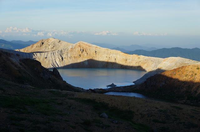白根山の湯釜に登ってみたけど、距離あるし夕焼けで青く見えないし、しょんぼりだった…