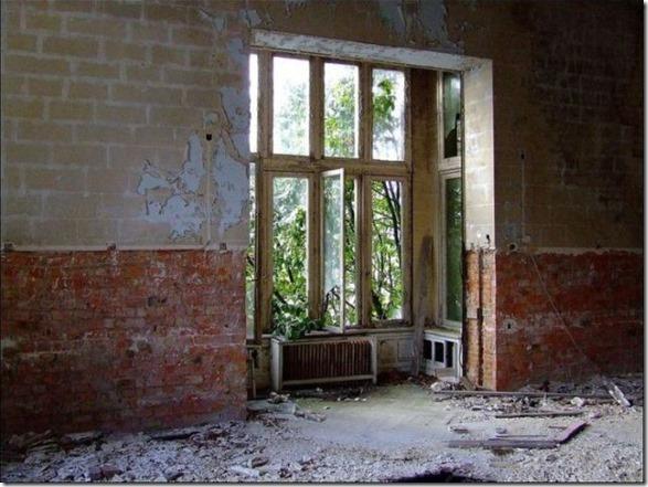 abandoned-castle-belguim-5