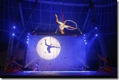 Artista de circo executando acrobacias