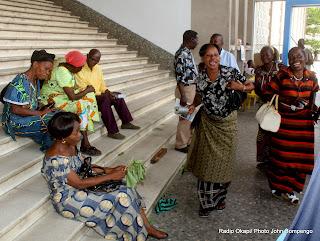 Sit-in des personnels administratif de l'Université de Kinshasa( Unikin) devant le bureau du recteur. Radio Okapi/ Ph. John Bompengo