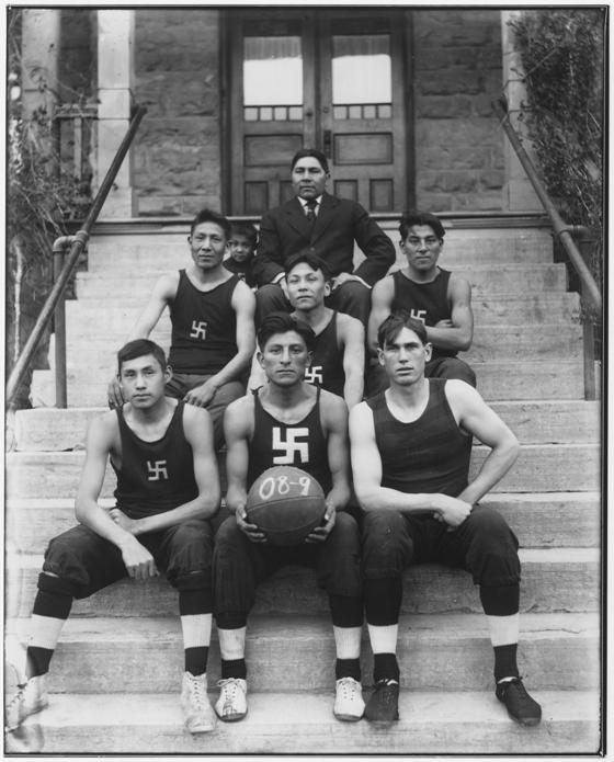 Фото баскетболистов 1909 года со свастикой
