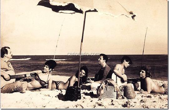 Cena do filme Copacabana Palace. Rio de Janeiro, 1961.Esta é uma fotografia de cena do filme Copacabana Palace (1962), uma produção franco-italiana. Da esquerda para a direita vemos o músico Luiz Bonfá, as atrizes Gloria Paul e S