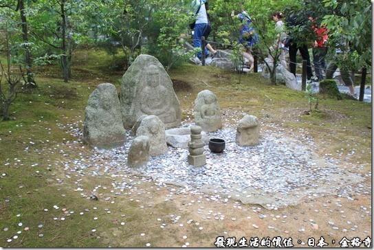 日本-金格寺,白蛇傳的故事被搬到了這裡,在這個後方有個安民澤,池塘的中央有個小島,上面見有西園寺的守護神「白蛇之塚」。法海老和尚用佛法將白娘娘鎮壓在雷峰塔下,這段淒美的中國民間故事在這裡被意象化了,五輪塔代表著雷峰塔,各代表著天、風、水、火、地之意。而西園一家則用他來祈求風調雨順。
