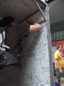 firmando el interior del remolque